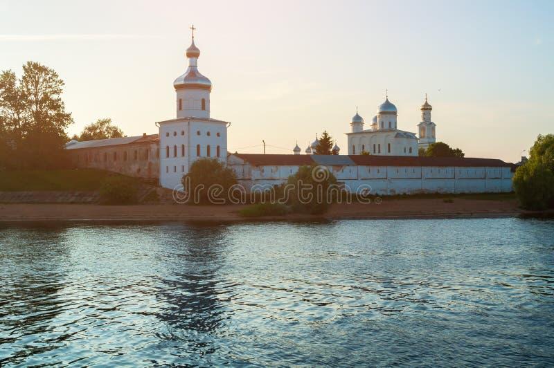 Yurievklooster op de bank van de Volkhov-rivier bij de zomerzonsondergang in Veliky Novgorod, Rusland royalty-vrije stock foto's