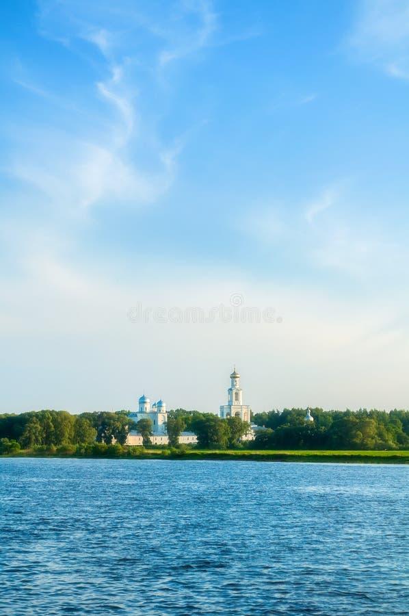 Yurievklooster op de bank van de Volkhov-rivier bij zonsondergang in Veliky Novgorod, Rusland royalty-vrije stock afbeeldingen