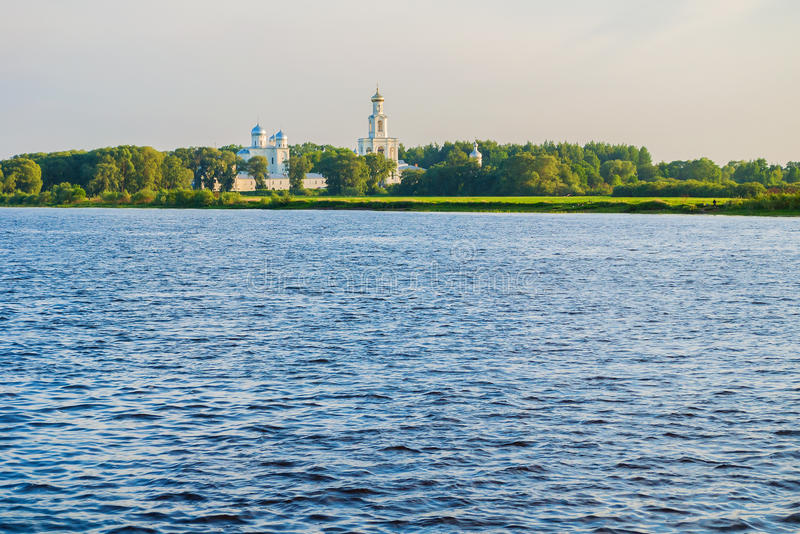 Yurievklooster op de bank van de Volkhov-rivier bij zonsondergang in Veliky Novgorod, Rusland - de mening van de architectuurzome royalty-vrije stock fotografie