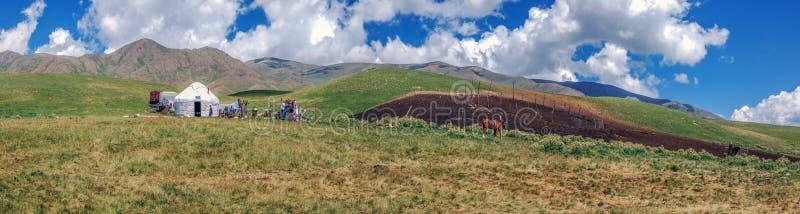Yurt av herden på Assyplatå Almaty region, Kasakhstan royaltyfri fotografi
