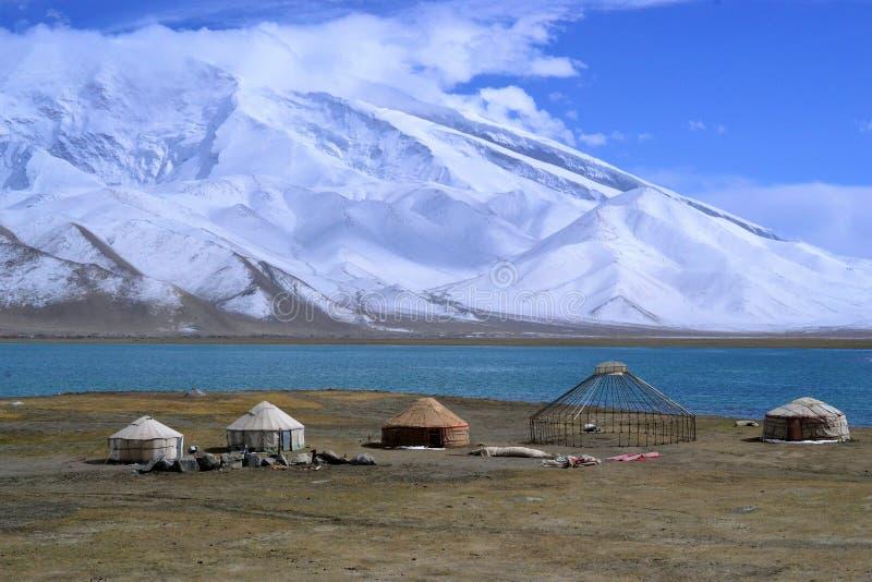Yurt de Kirgiz en la orilla del lago karakul en la carretera de Karakorum, Xinjiang, China fotografía de archivo