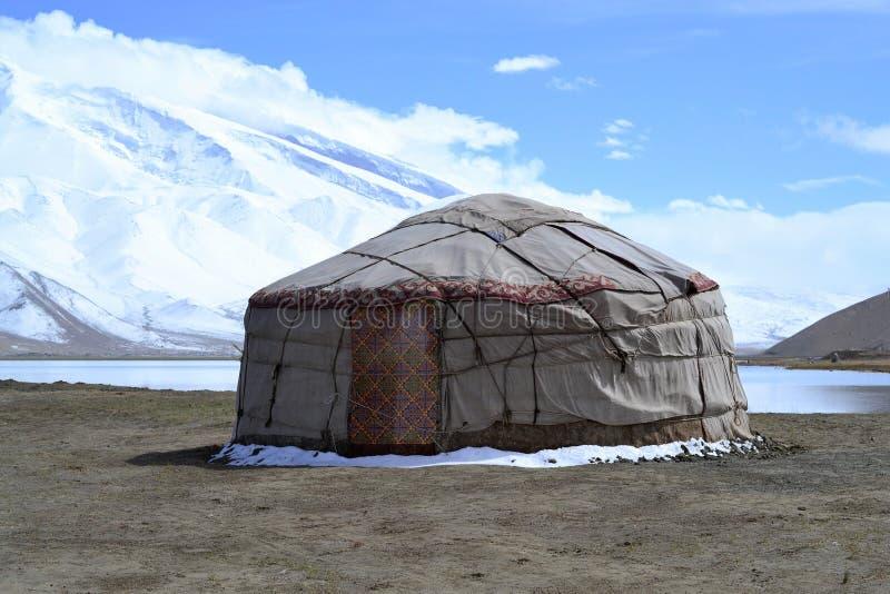 Yurt de Kirgiz na costa do lago Karakul na estrada de Karakorum, Xinjiang, China imagens de stock royalty free