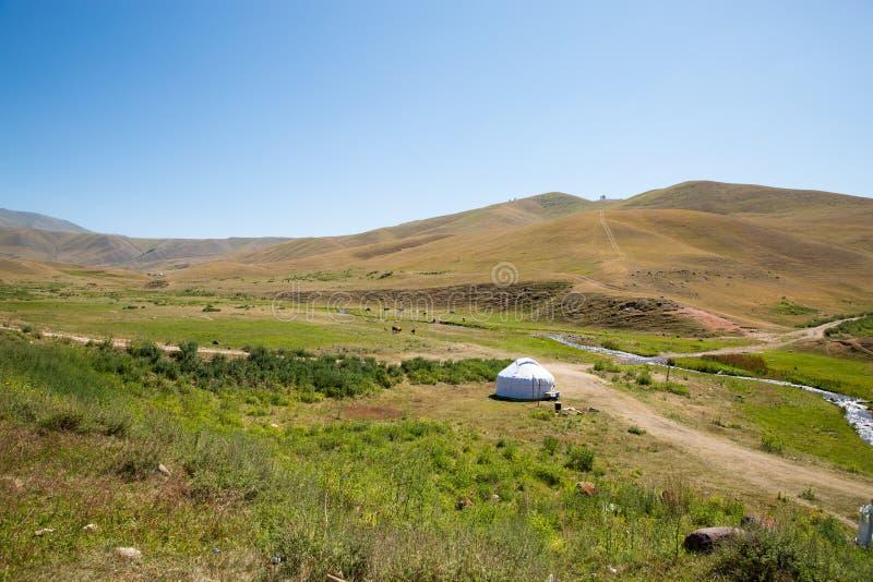 Yurt del Kazakh en meseta del montaje en la montaña de Tien Shan en Almaty, Kazajistán, Asia en el verano foto de archivo libre de regalías