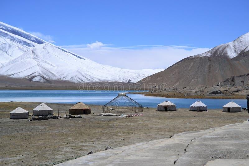 Yurt di Kirgiz sulla riva del lago karakul in strada principale di Karakorum, Xinjiang, Cina fotografia stock