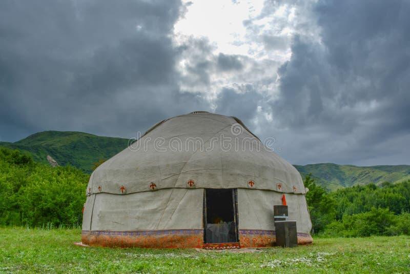 Yurt en el fondo de la montaña Tiempo cubierto Estación de verano imagenes de archivo