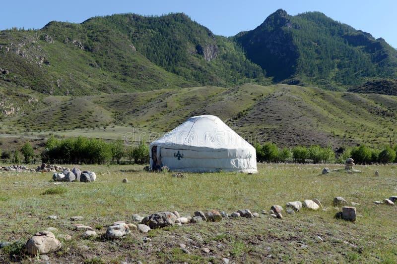 Yurt en los bancos del río Yaloman grande de la montaña fotos de archivo libres de regalías
