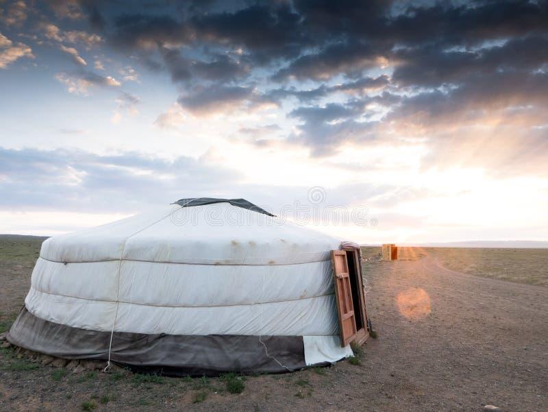 Yurt i det Mongoliet landskapet av den Gobi öknen royaltyfria bilder