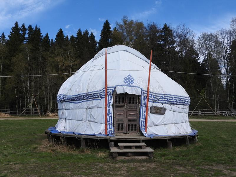 Yurt kazakh traditionnel, jour ensoleill? clair en ?t? image stock