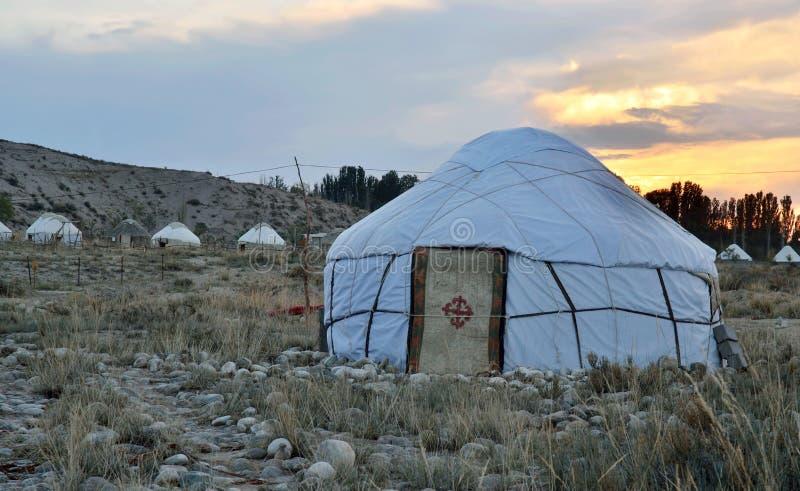 Yurt läger på Issyk-Kul kusten 'för varm sjö ', landskap med härliga traditionella nomad- hus, Kirgizistan arkivfoton