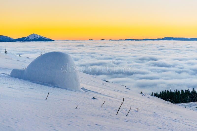 Yurt på solnedgången i vinterdimmaberg royaltyfri bild