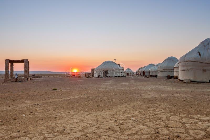 Yurts在日落的沙漠 乌兹别克斯坦 库存照片