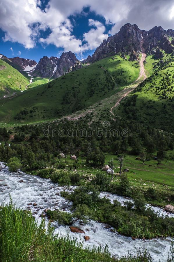 Yurts και βουνά κοντά στον ποταμό Chychkan στοκ εικόνες με δικαίωμα ελεύθερης χρήσης