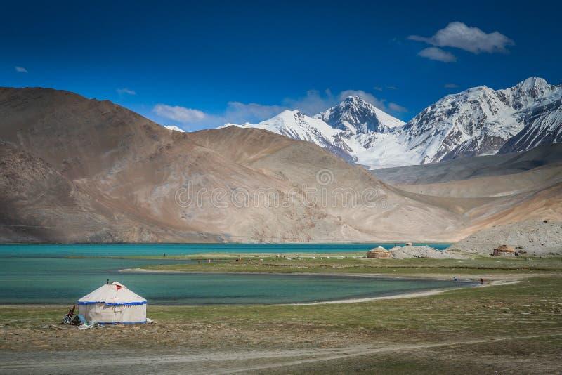 Yurts στη λίμνη στοκ φωτογραφίες