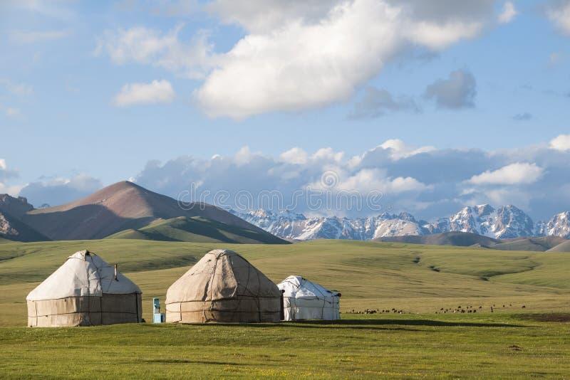 Yurts στη λίμνη Kol τραγουδιού στοκ εικόνες
