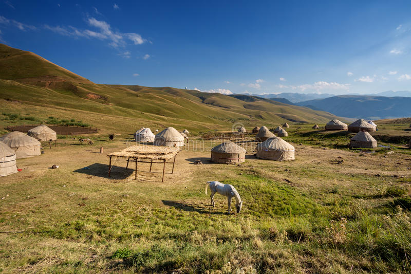 Yurts στο λιβάδι στοκ φωτογραφία με δικαίωμα ελεύθερης χρήσης