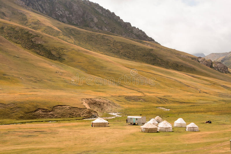 Yurts asiatiques des nomades sur le beau pré de montagne au Kirghizistan photographie stock libre de droits