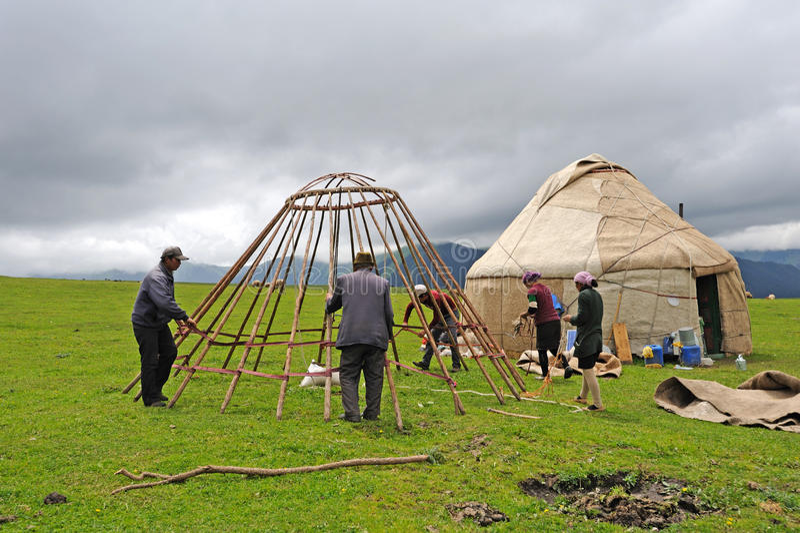 Yurts chinos de la construcción de la gente del Kazakh fotos de archivo