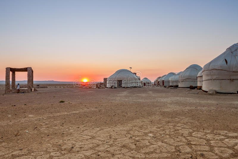 Yurts in de woestijn bij zonsondergang oezbekistan stock foto