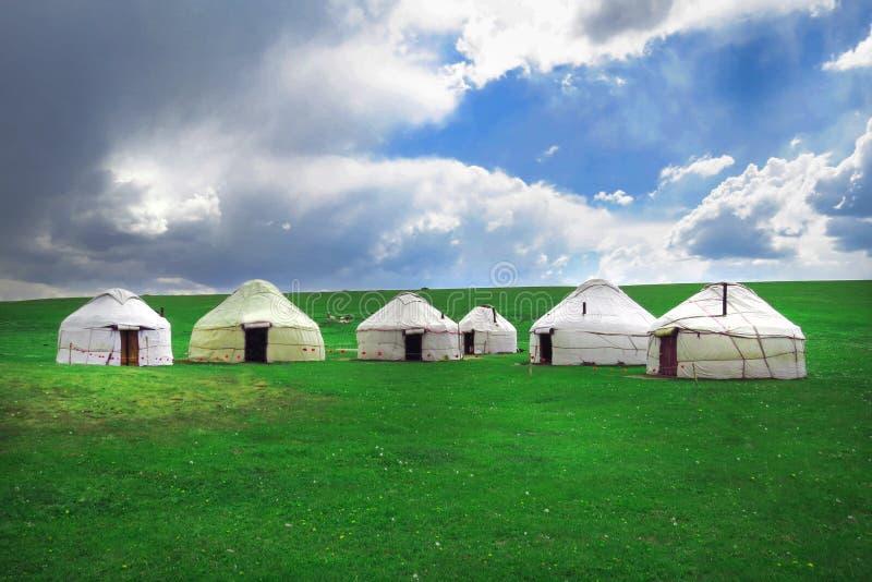 Yurts en el lago Kol de la canción en las montañas de Kirguistán fotos de archivo libres de regalías