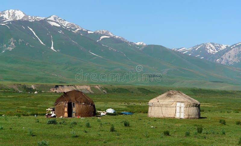 Yurts in het landschap van Kyrgyzstan stock foto