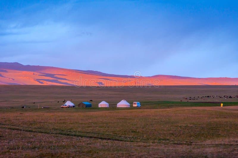 Yurts no por do sol, música Kul, Quirguizistão fotografia de stock royalty free