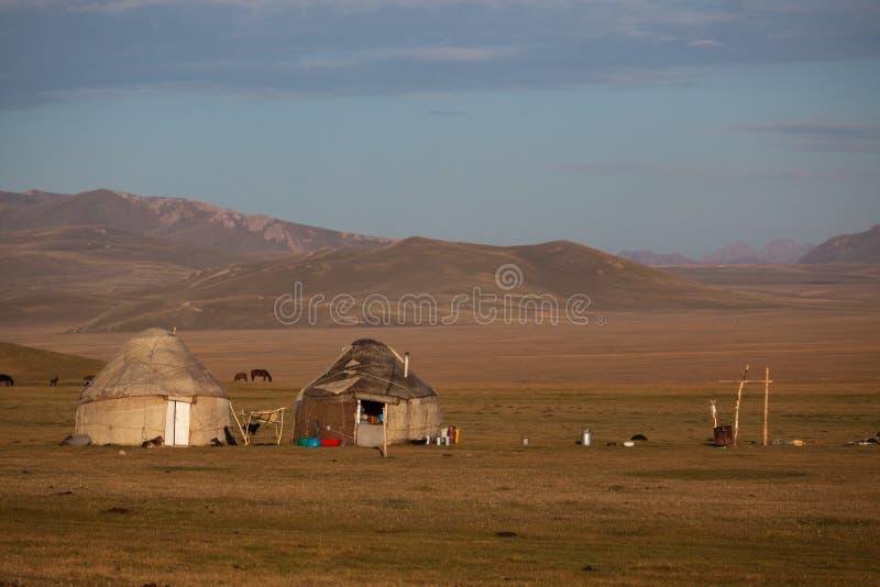 Yurts tradicionales en el lago Kol de la canción en Kirguistán fotos de archivo
