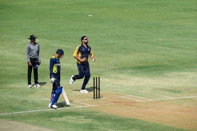 Yuvraj Singh Bowling nella partita-Indore del cricket T20 fotografie stock libere da diritti