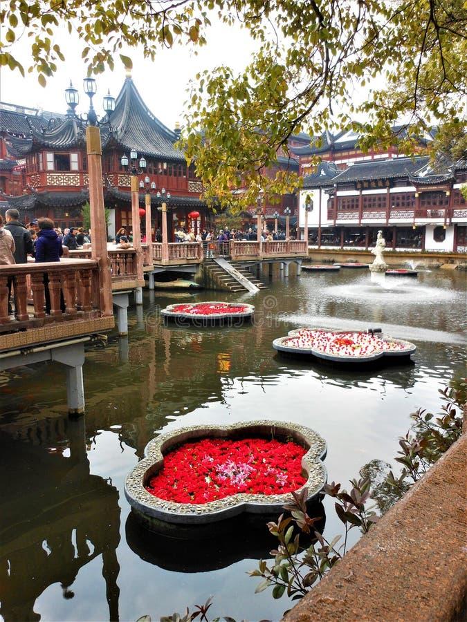 Yuyuan trädgård i den Shanghai staden, Kina Lopp, trourism, sjö, vatten, blommor och touristic dragning arkivbilder