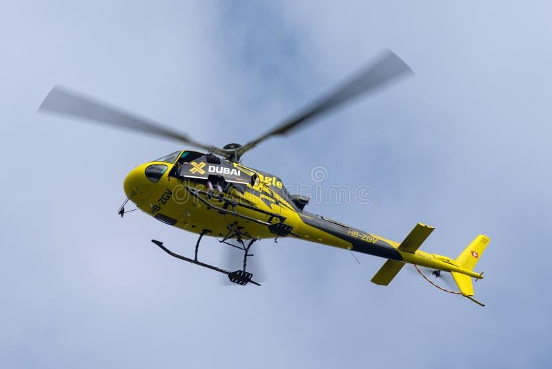 Yves Rossy także zna gdy Jetman przygotowywa wychodzić Eurocopter AS350 helikopter z jego strumienie zasilającymi skrzydłami z po fotografia stock