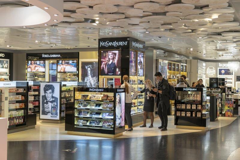 Yves Saint Laurent Store en de verschillende merken bij met vrijstelling van rechten winkelen in Internationale de Luchthaventerm stock afbeelding