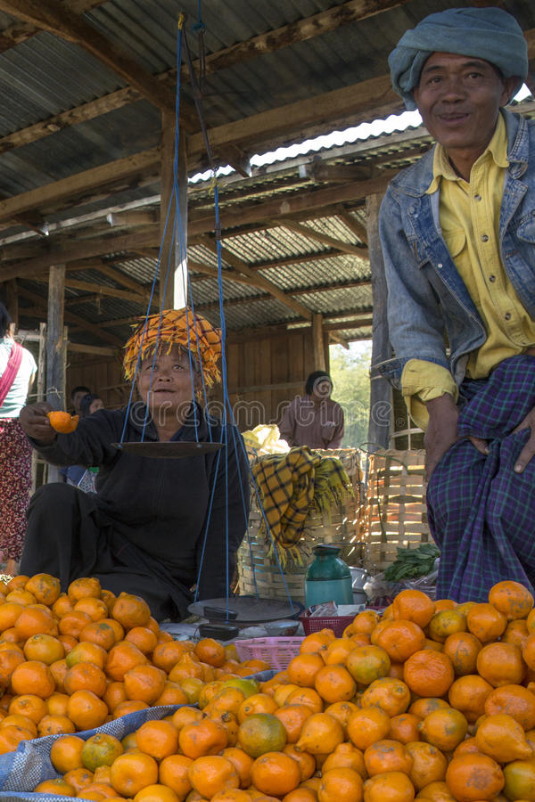 Ywama marknad - Inle sjön - Myanmar (Burman) royaltyfria foton