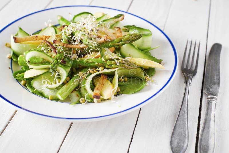 Żywienioniowy ogolony warzywo i owocowa sałatka z wysuszonymi skorupami fotografia royalty free