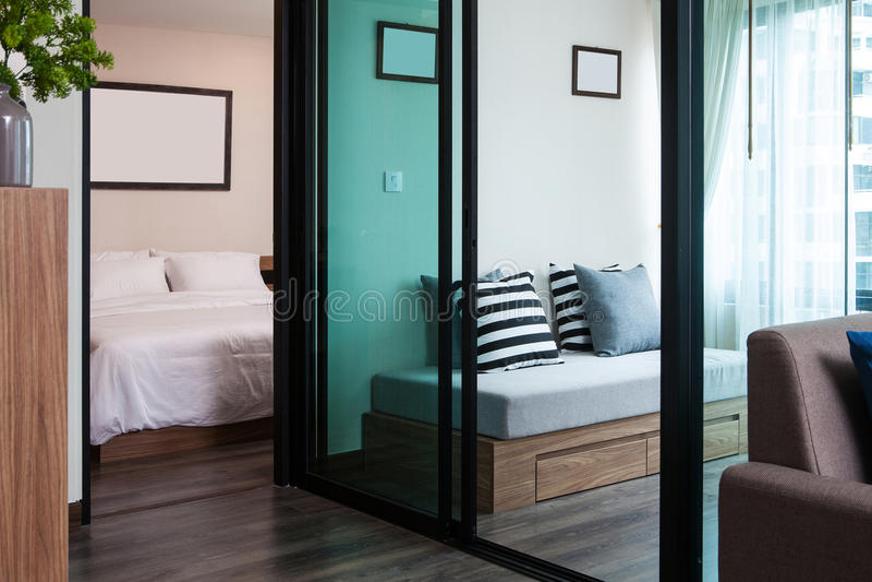 Żywy pokój i sypialnia w kondominium dla żywego fotografia stock