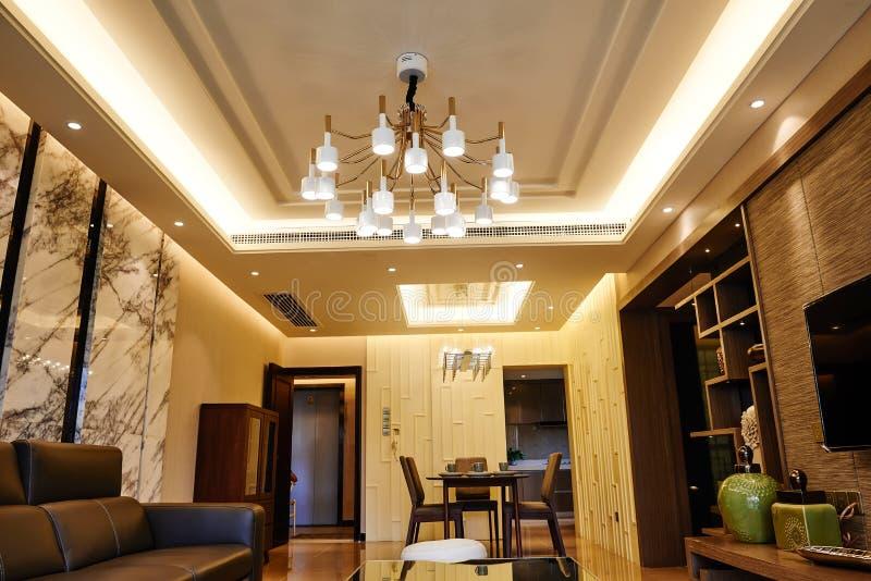 Żywy pokój iluminujący dowodzonym podsufitowym oświetleniem zdjęcie stock