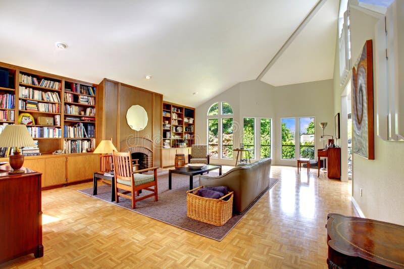 Żywy pokój z domową biblioteką zdjęcia royalty free