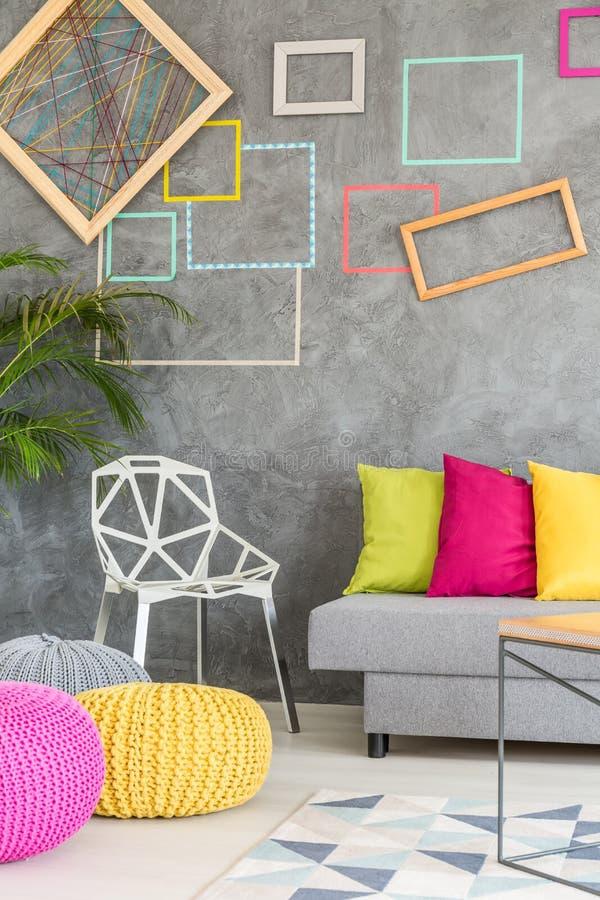 Żywy pokój z kolorowymi ramami fotografia royalty free