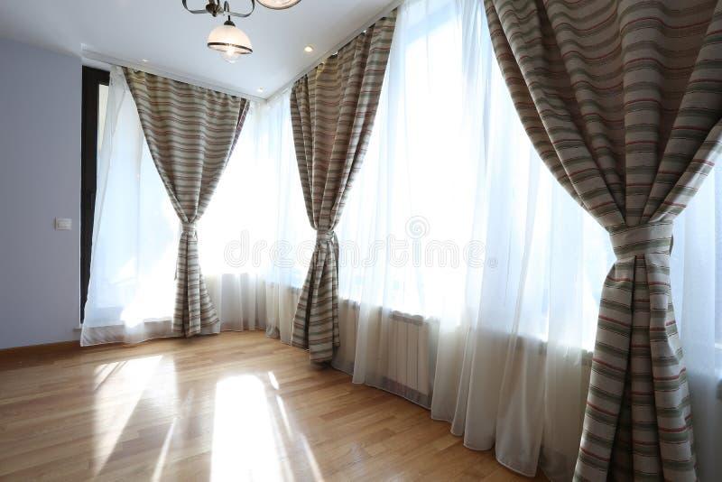 Żywy pokój z nowymi zasłonami obraz royalty free