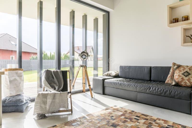 Żywy pokój z okno ścianą zdjęcia stock