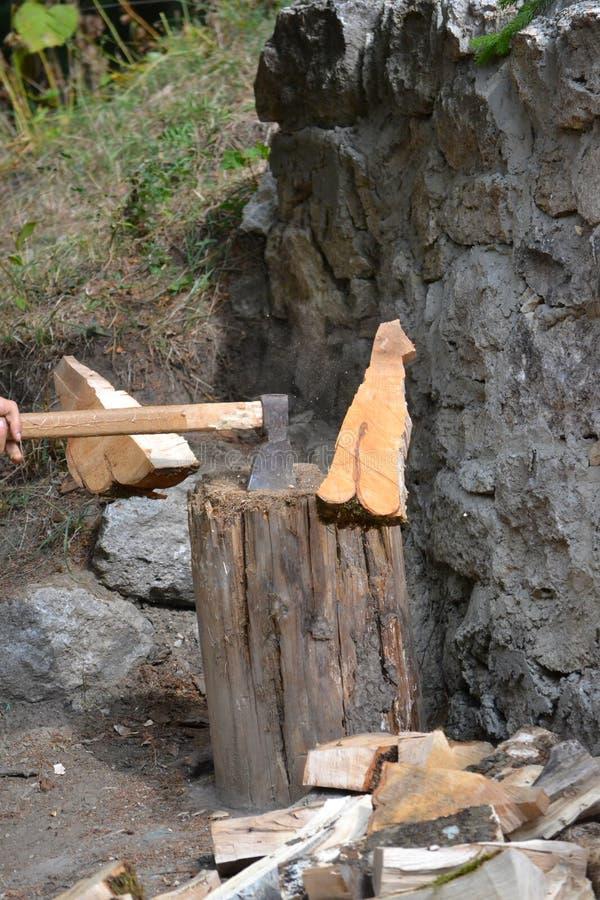 Yxa i bitande trä för handling royaltyfri foto