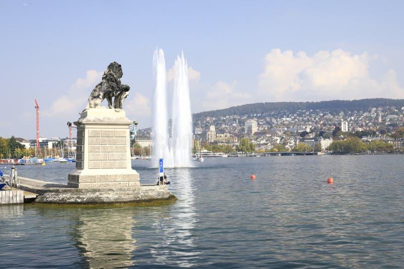ZÃ-¼ reich: Hafen von ZÃ-¼ Reichen auf ZÃ-¼ richsee, einem Monument mit einem Löwe und einem großen Brunnen lizenzfreie stockbilder