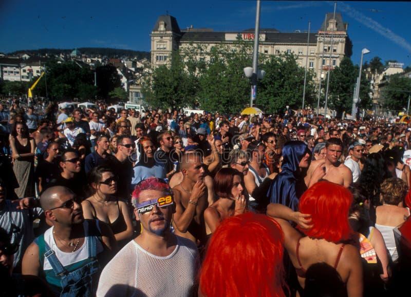 ZÃ ¼富有城市:说胡话的人大量Streetparade的 库存照片
