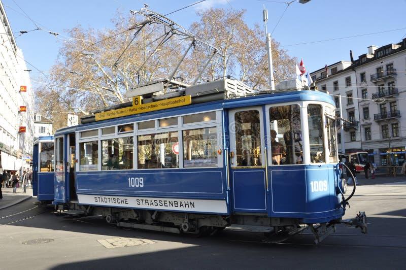 ZÃ ¼ miasto: Oldtimer tramwaj wygina się wokoło Stadelhofen tra fotografia royalty free