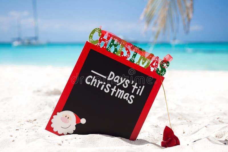 Zählen Sie unten bis Weihnachtsfeiertag auf tropischen Ferien stockbilder