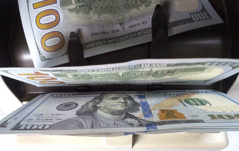 Zählermaschine des elektronischen Geldes zählt zählt die amerikanischen Hundertdollar US-Dollars Banknoten lizenzfreie stockfotografie
