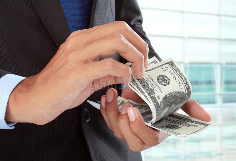 Zählung des Geldes lizenzfreie stockfotos