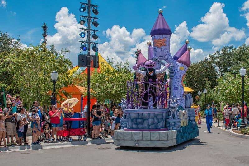 Zählung von Count auf Floss in der Sesame Street-Partei-Parade bei Seaworld stockfotos