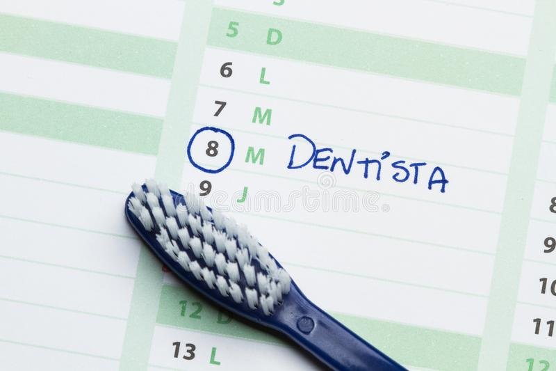 Zähne bürsten auf einem Kalender stockbild