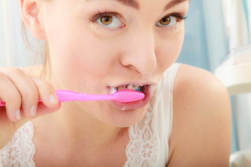 Zähne der bürstenden Reinigung der Frau Mundhygiene lizenzfreie stockbilder