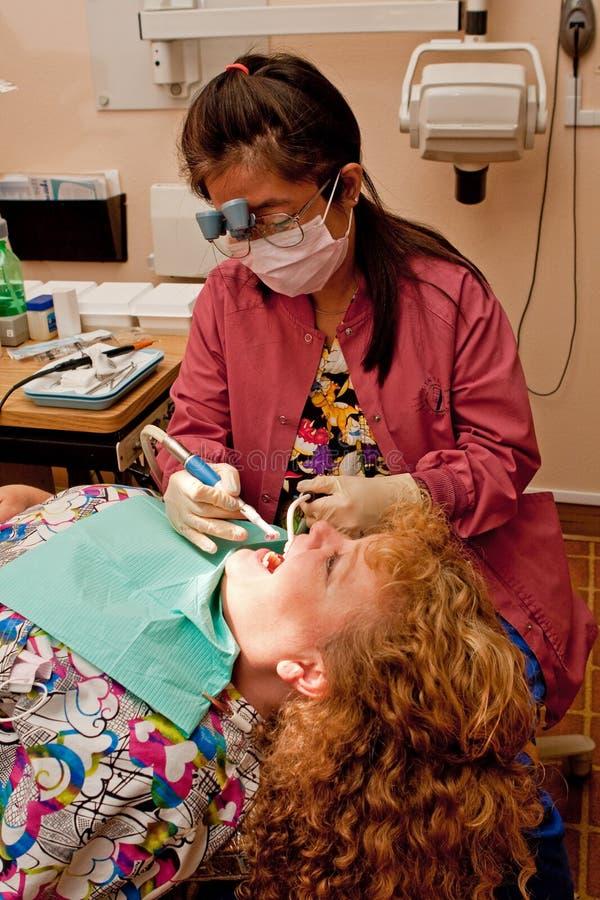 Zähne des Zahnarzthelferreinigungspatienten stockbilder
