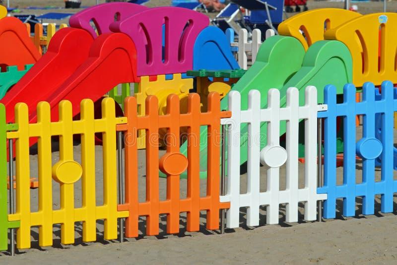 Zäunen Sie einen Spielplatz auf dem Strandtouristendorf ein stockbilder